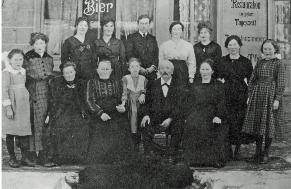Die erste Generation des Hotel Gletschergarten mit ihren zwölf Kindern